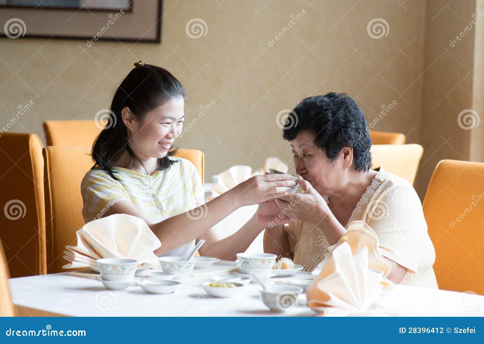 Azjatycka Chińska rodzina ma posiłek