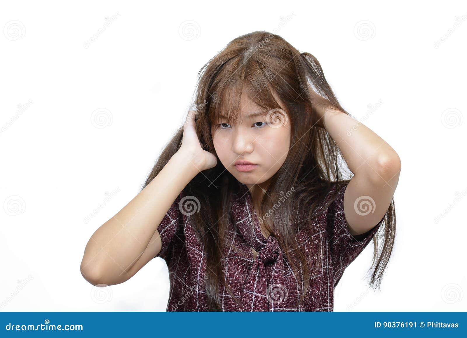 Azjatycka kobieta drapa itchy głowę z udaremnia twarzy wyrażenie