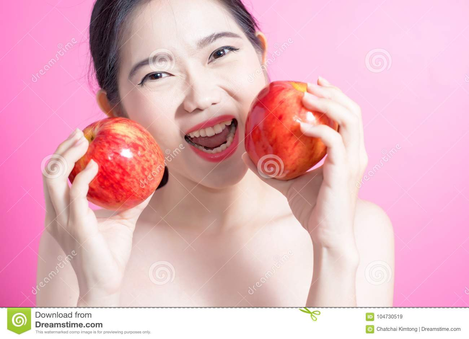 Azjatycka kobieta z jabłczanym pojęciem Ona uśmiecha się jabłka i trzyma Piękno twarz i naturalny makeup Odizolowywający nad różo