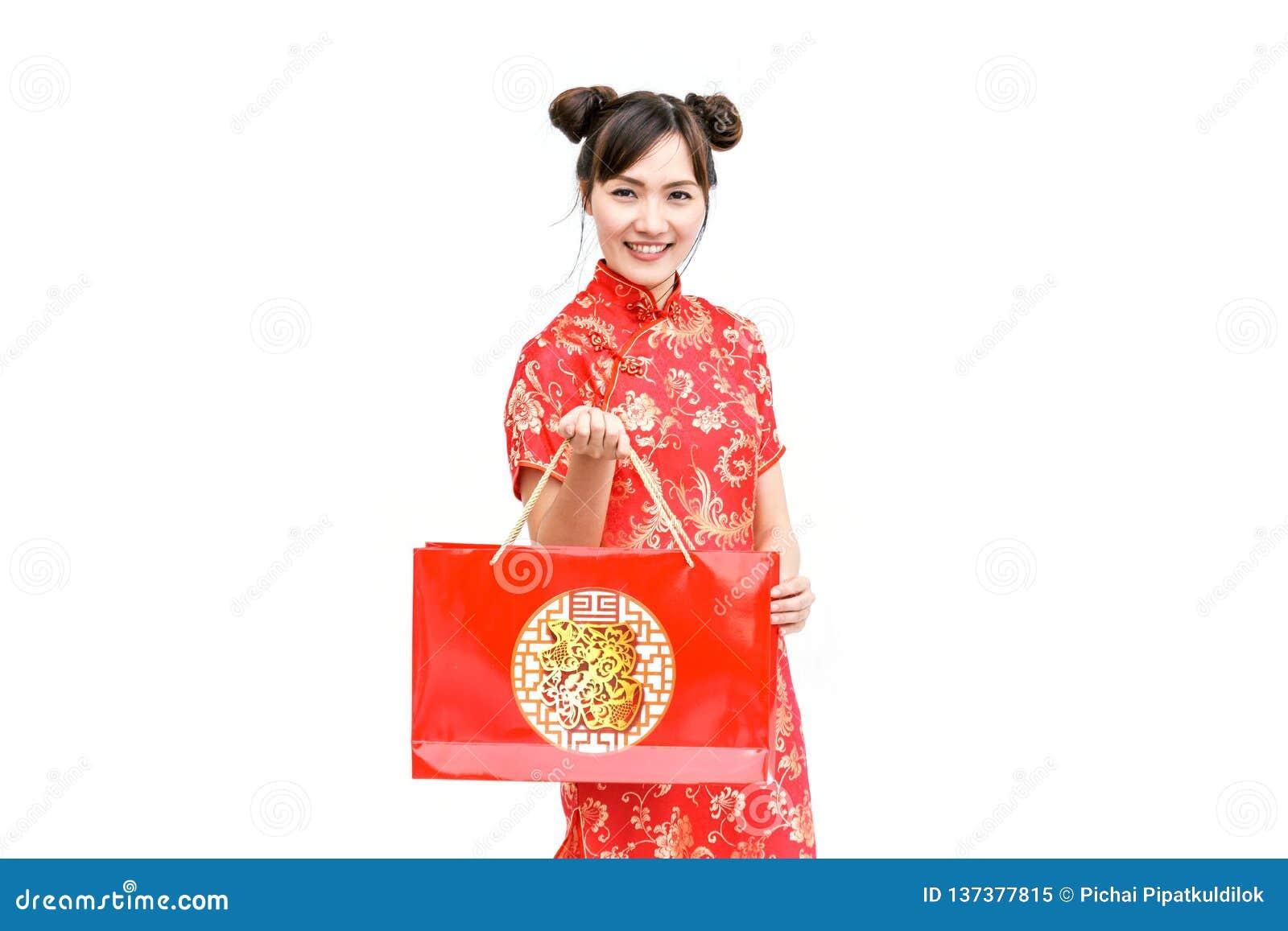 Azjatycka kobiety mienia torba na zakupy, kobiety odzieży cheongsam, chiński nowy rok