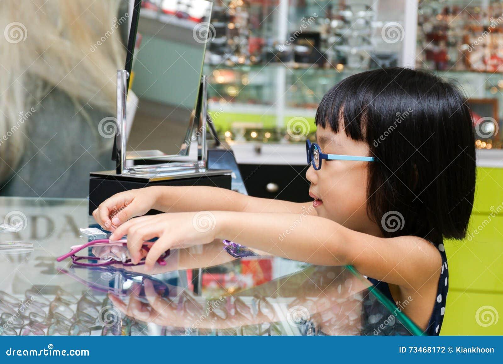 Azjatycka Mała Chińska dziewczyna Wybiera szkła