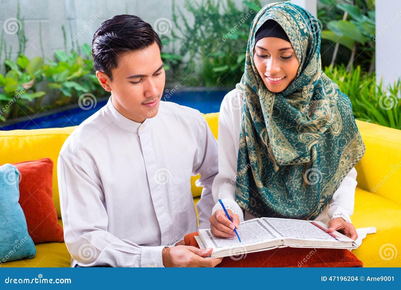 Azjatycka Muzułmańska para czyta wpólnie Koran lub koran