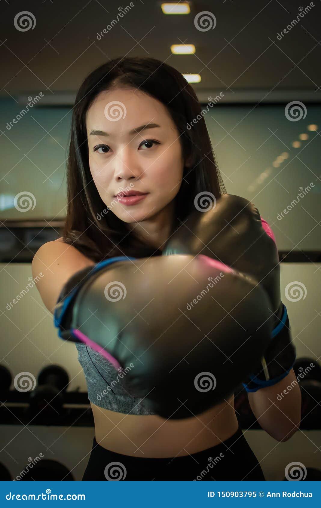 Azjatycka piękna kobieta robi boksować