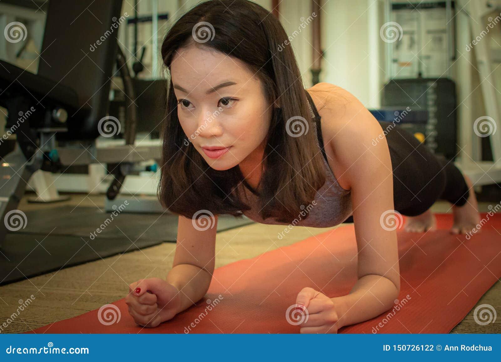 Azjatycka piękna kobieta robi desce