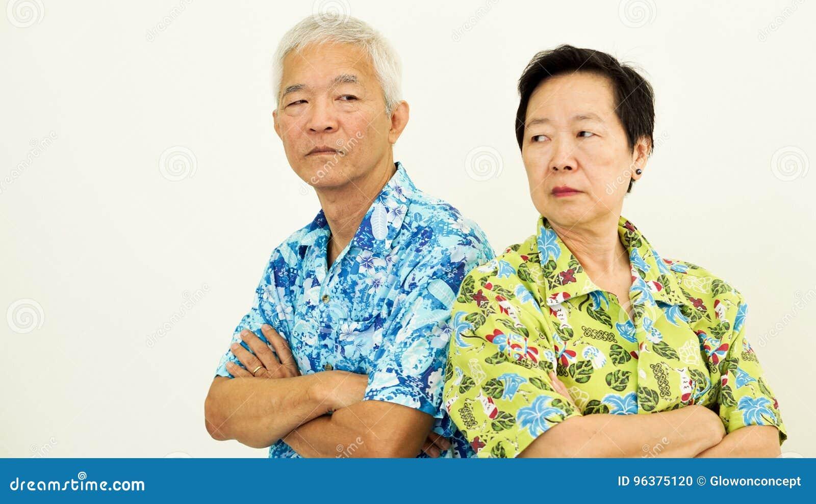 Azjatycka starsza para nieszczęśliwa, bój Związku problem na w