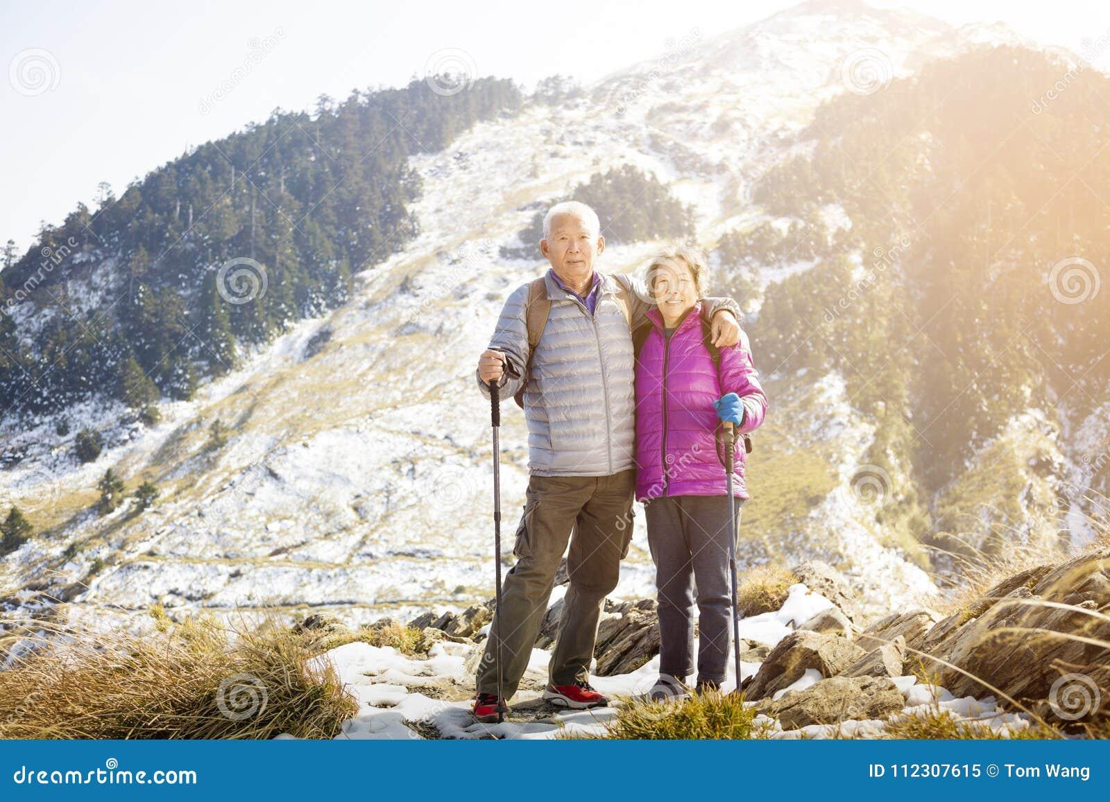 Azjatycka starsza para wycieczkuje na górze