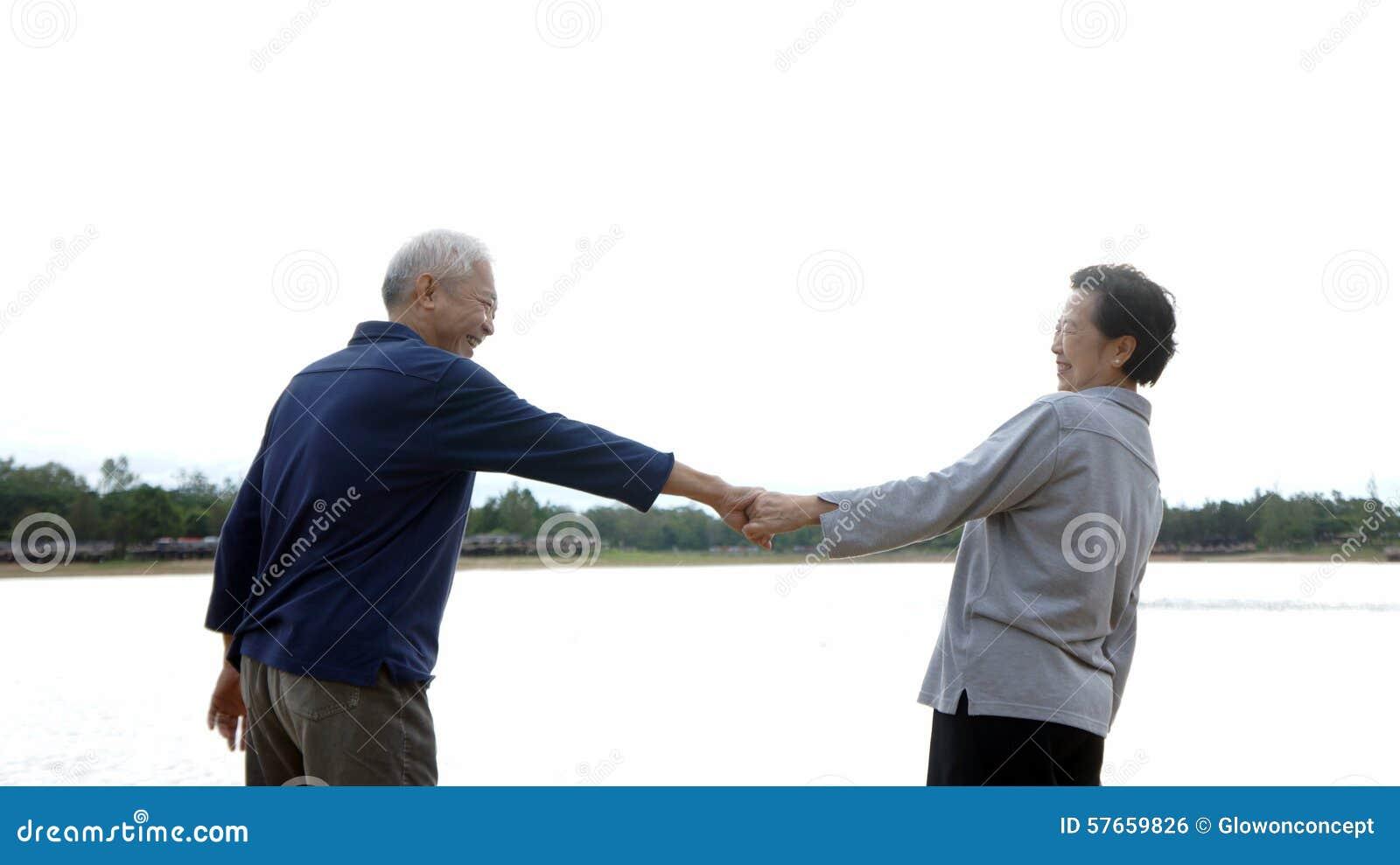 Azjatycka starsza pary mienia ręka