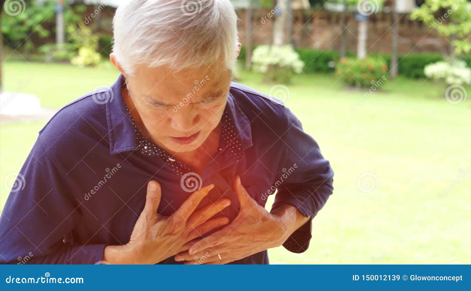 Azjatycka starszego mężczyzny klatki piersiowej bólu atak serca uderzenia opieka zdrowotna