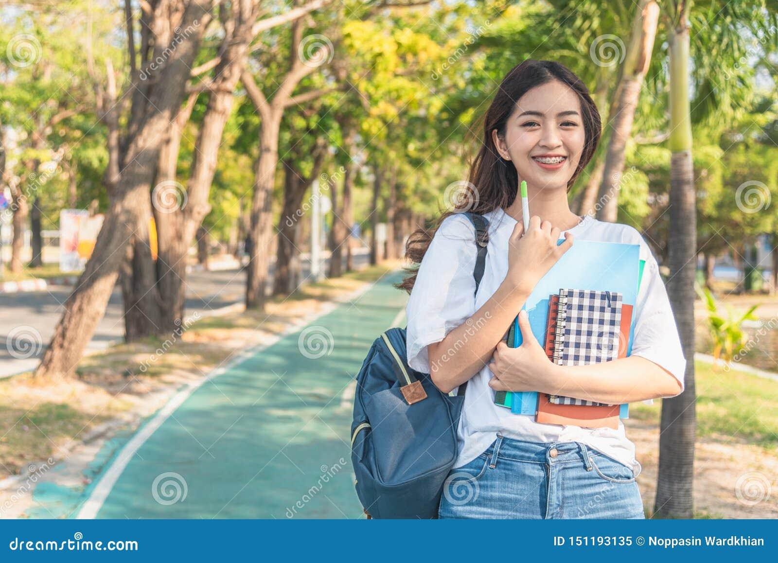 Azjatycka studencka dziewczyna z powrotem szko?a uniwersytet