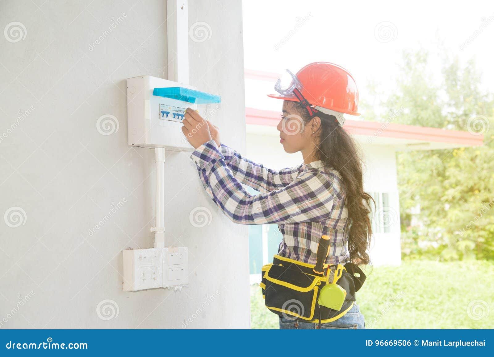 Azjatycki żeński elektryka lub inżyniera czek lub Sprawdza instalacja elektryczna obwodu łamacza
