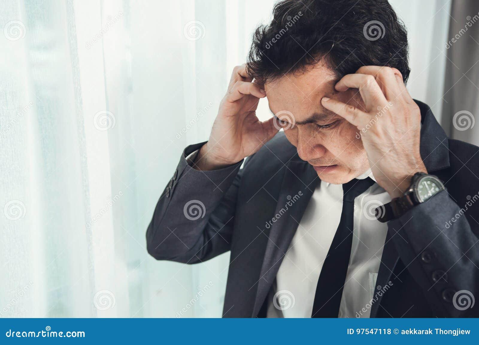 Azjatycki biznesmen migrenę od migreny od zapracowanego Il