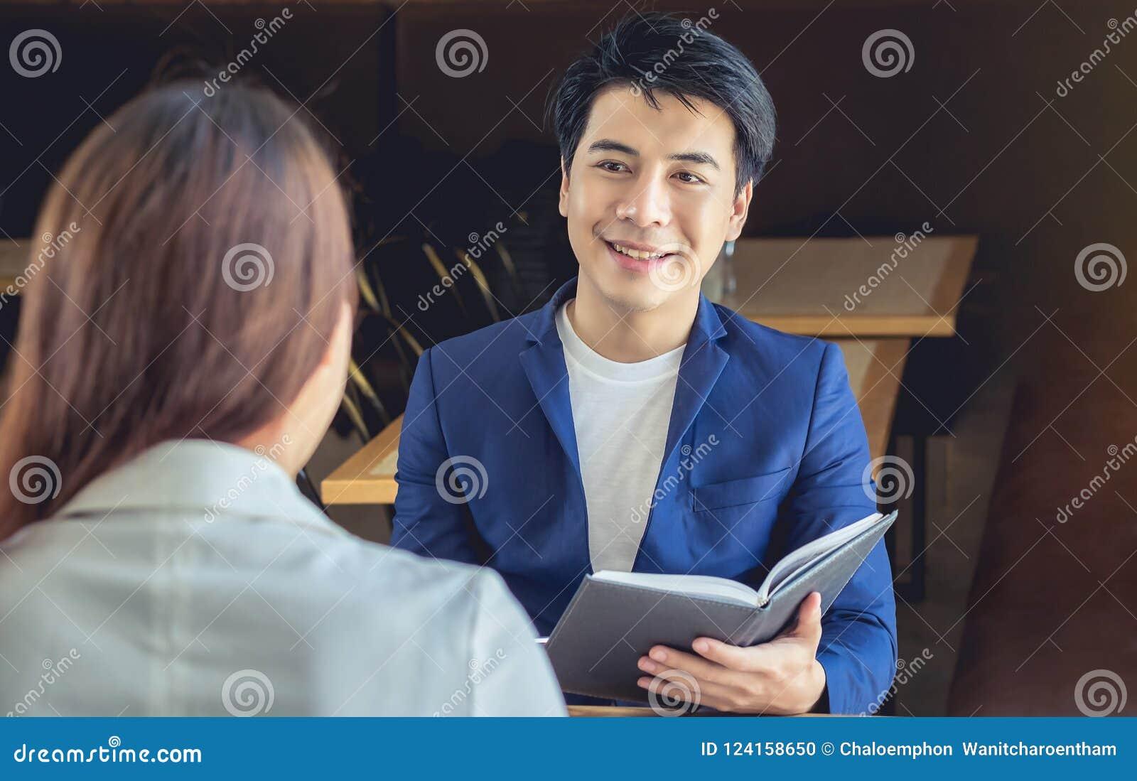 Azjatycki biznesmen ono uśmiecha się w życzliwym spotykać biznesową rozmowę