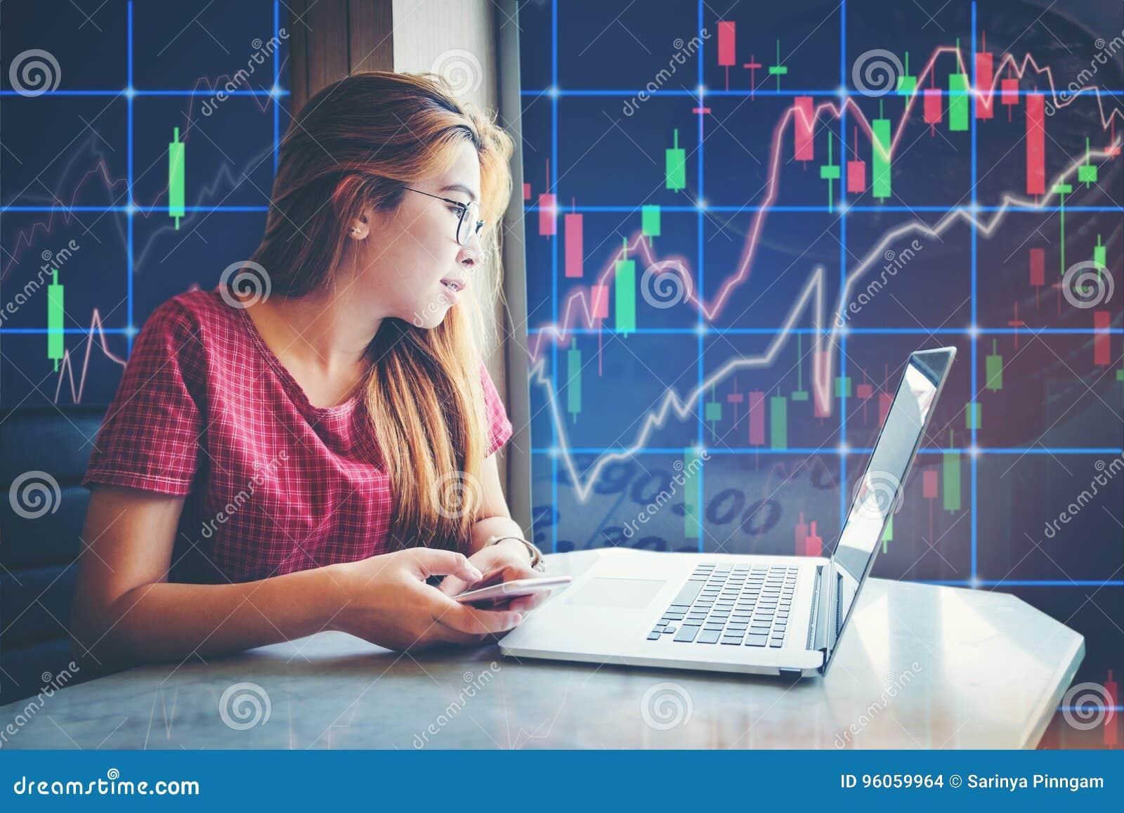 Azjatycki bizneswomanu obsiadanie i pracujący laptopu rynku papierów wartościowych exch