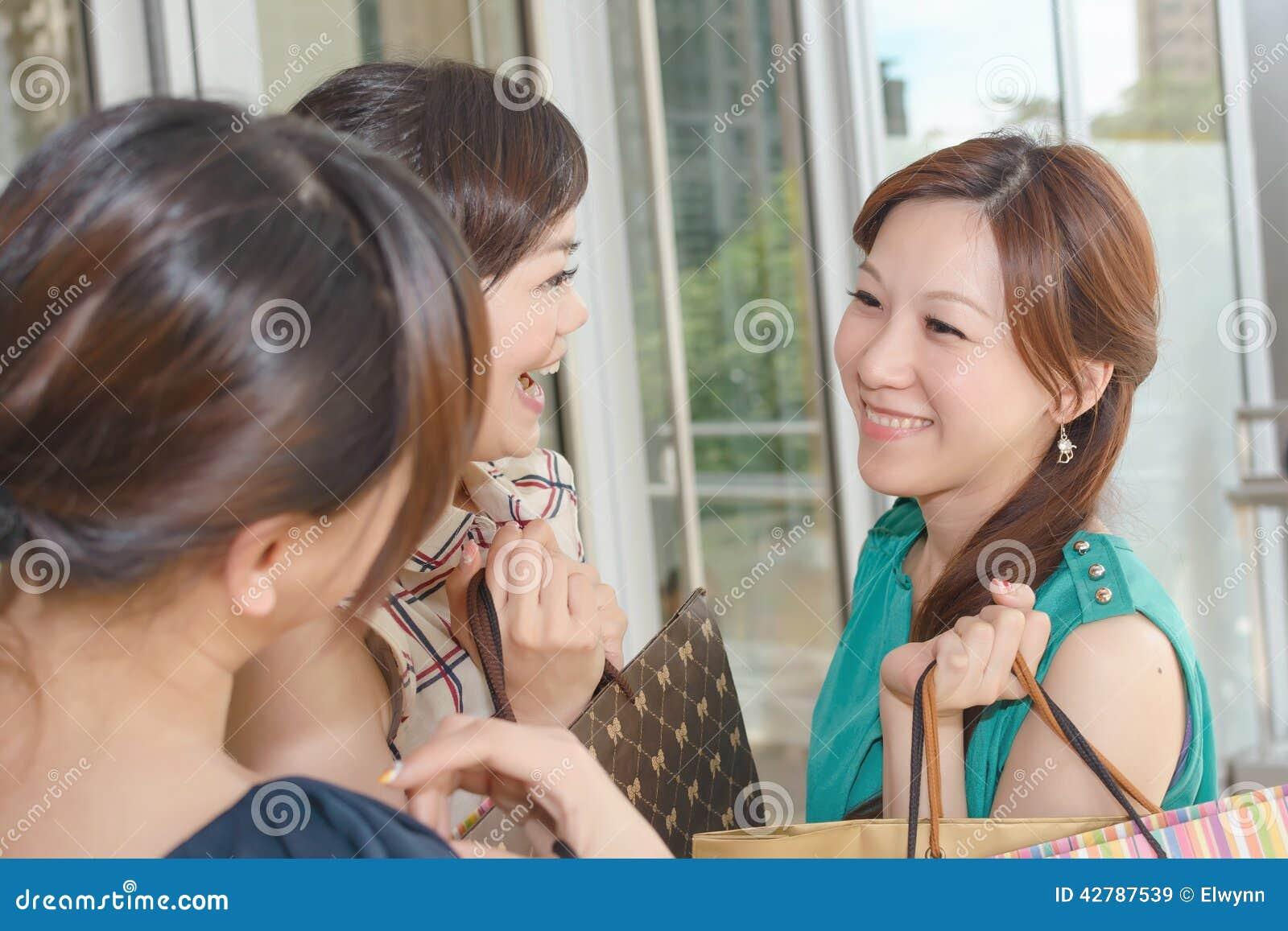Azjatycki kobiet robić zakupy