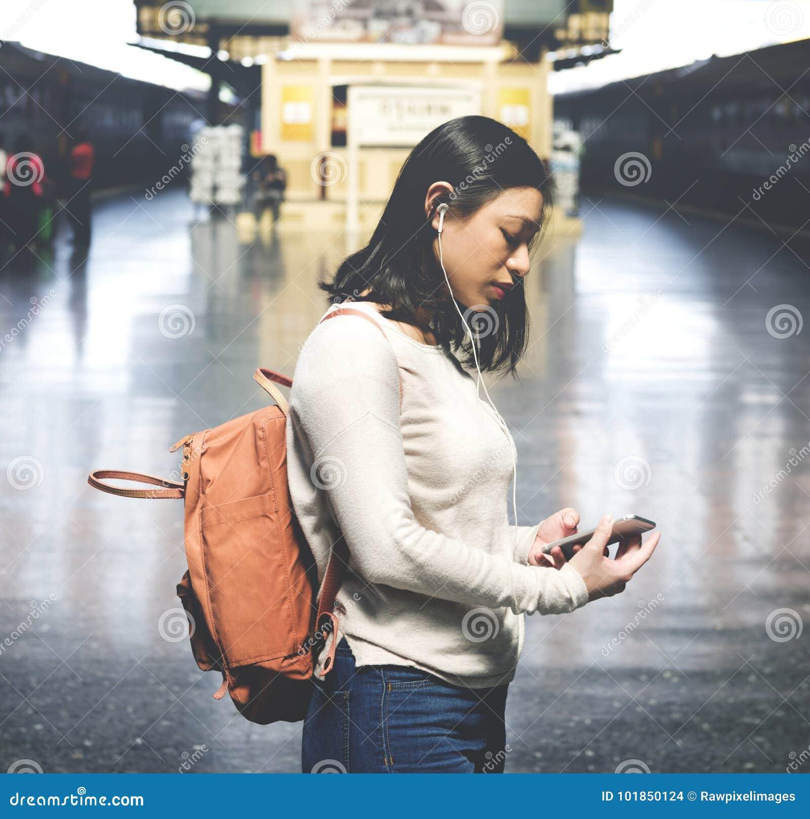 Azjatycki kobiety podróżowanie