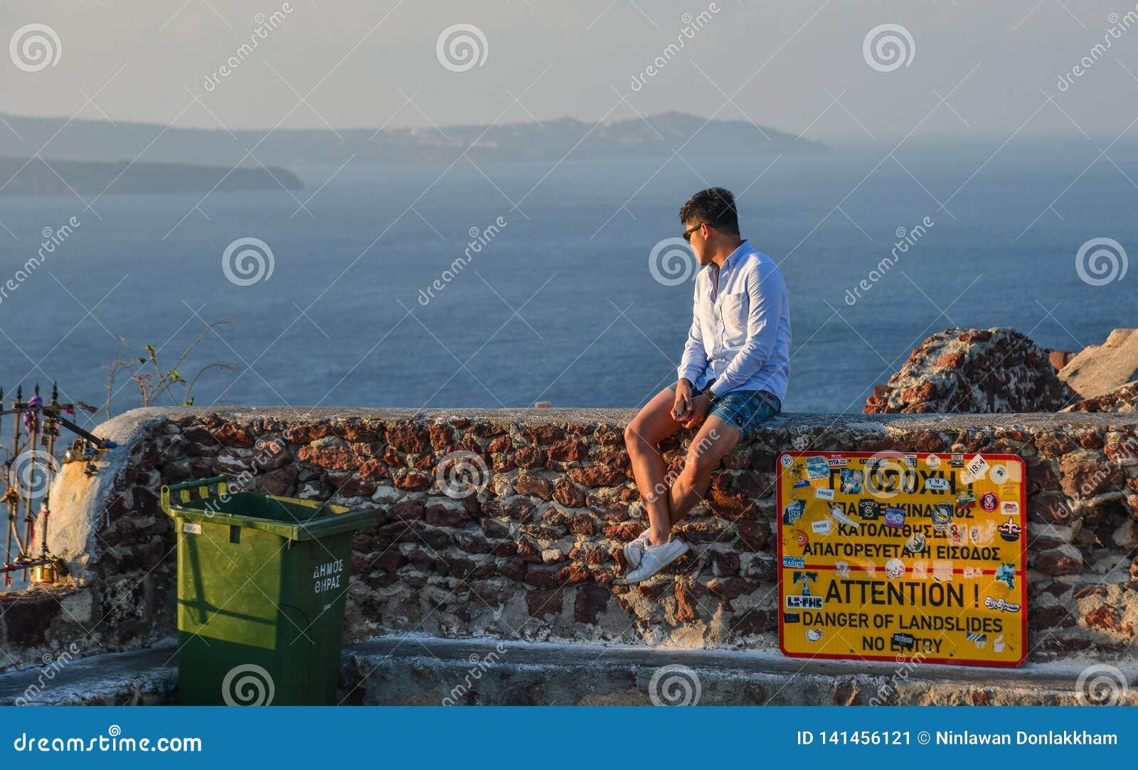 Azjatycki młody człowiek cieszy się przy słonecznym dniem