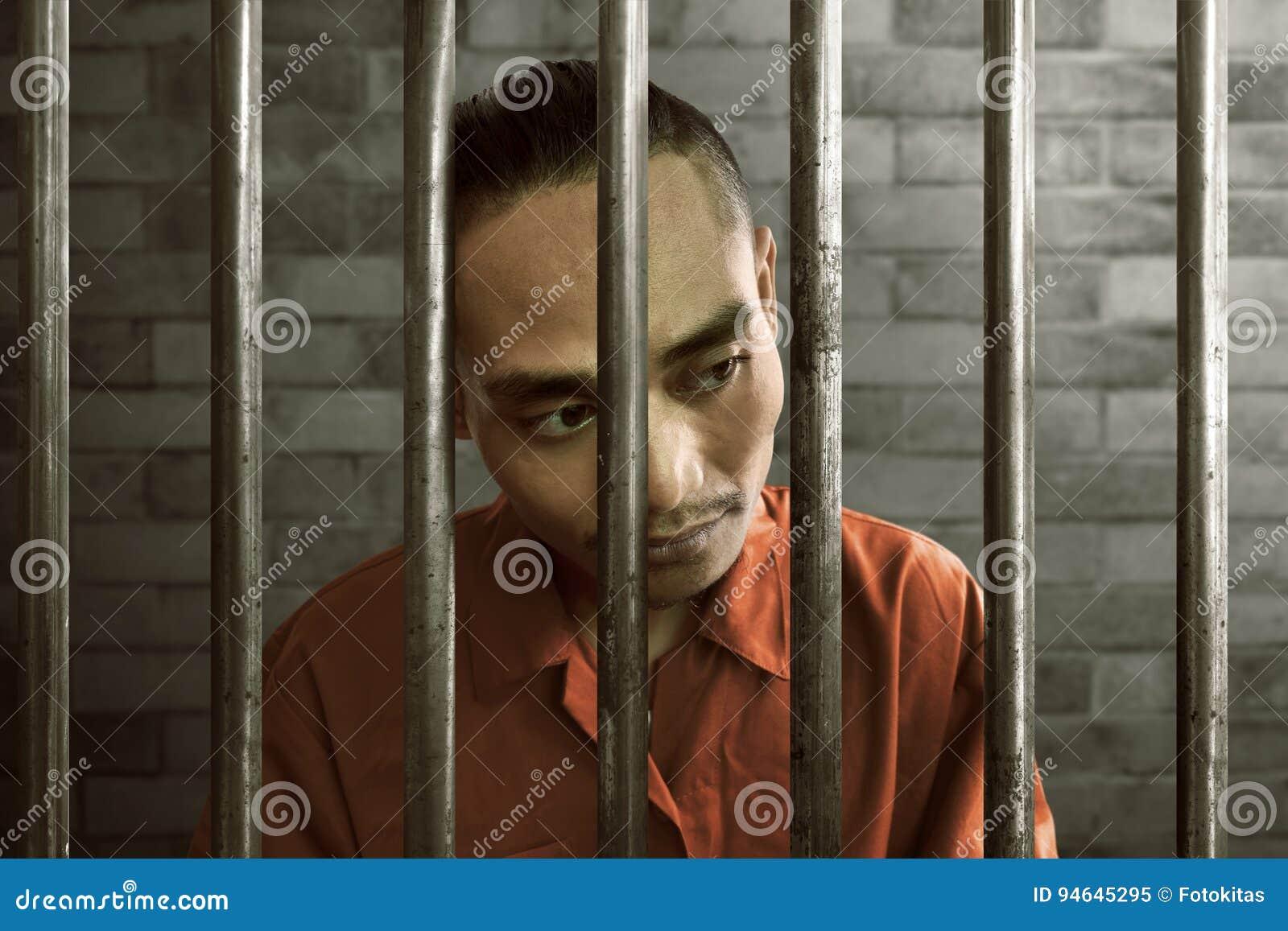 Azjatycki mężczyzna w więzieniu