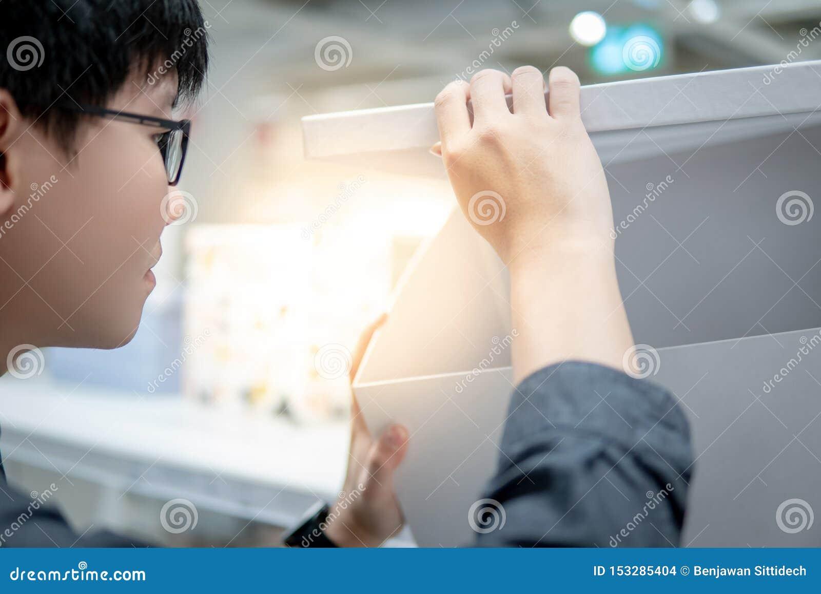 Azjatycki mężczyzny otwarcia białej księgi pudełko