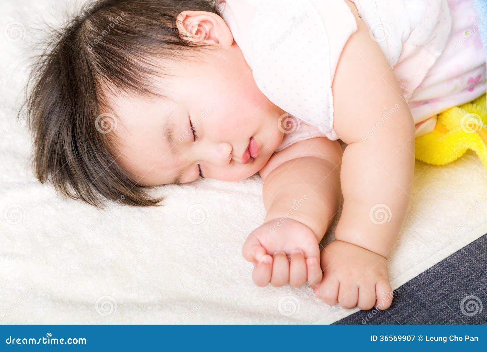 Azjatycki mały dziecka dosypianie
