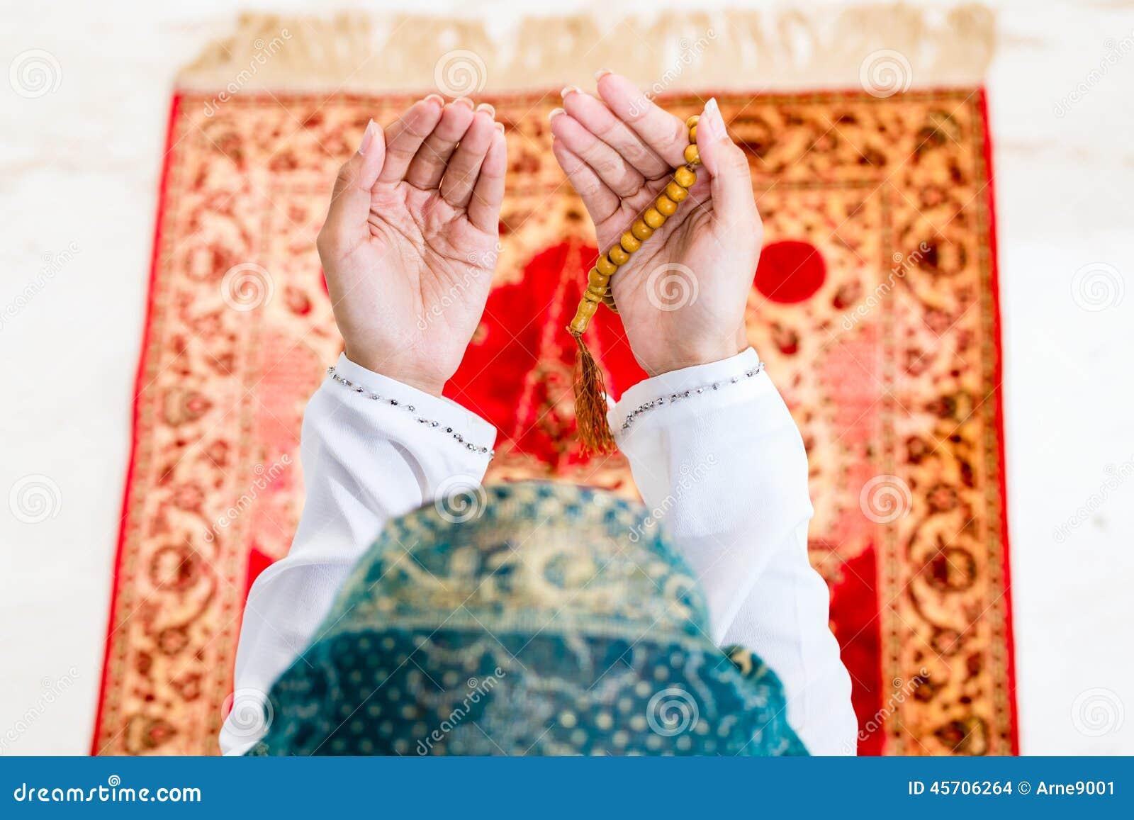 Azjatycki Muzułmański kobiety modlenie z koralika łańcuchem