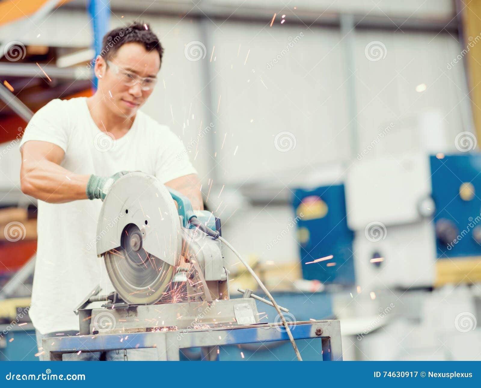 Azjatycki pracownik w produkci roślinie na fabrycznej podłoga
