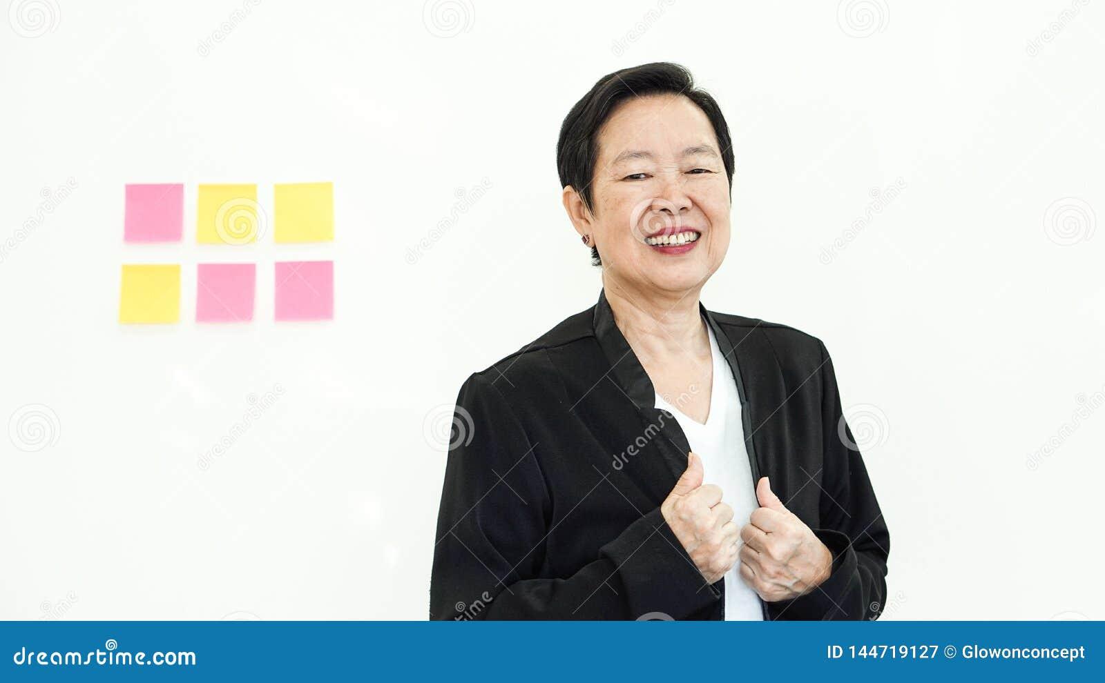 Azjatycki starszy biznesowej kobiety uśmiech szczęśliwy z firma zyskiem