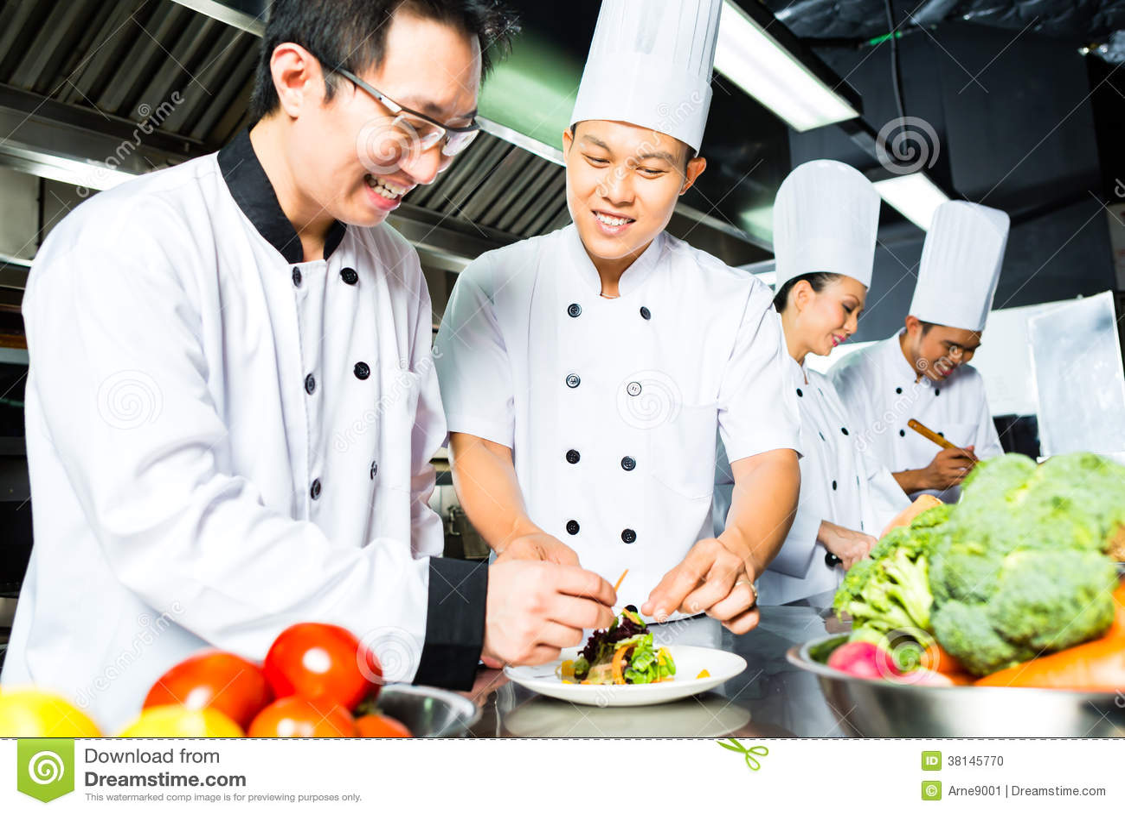 Azjatycki szef kuchni w restauracyjnym kuchennym kucharstwie
