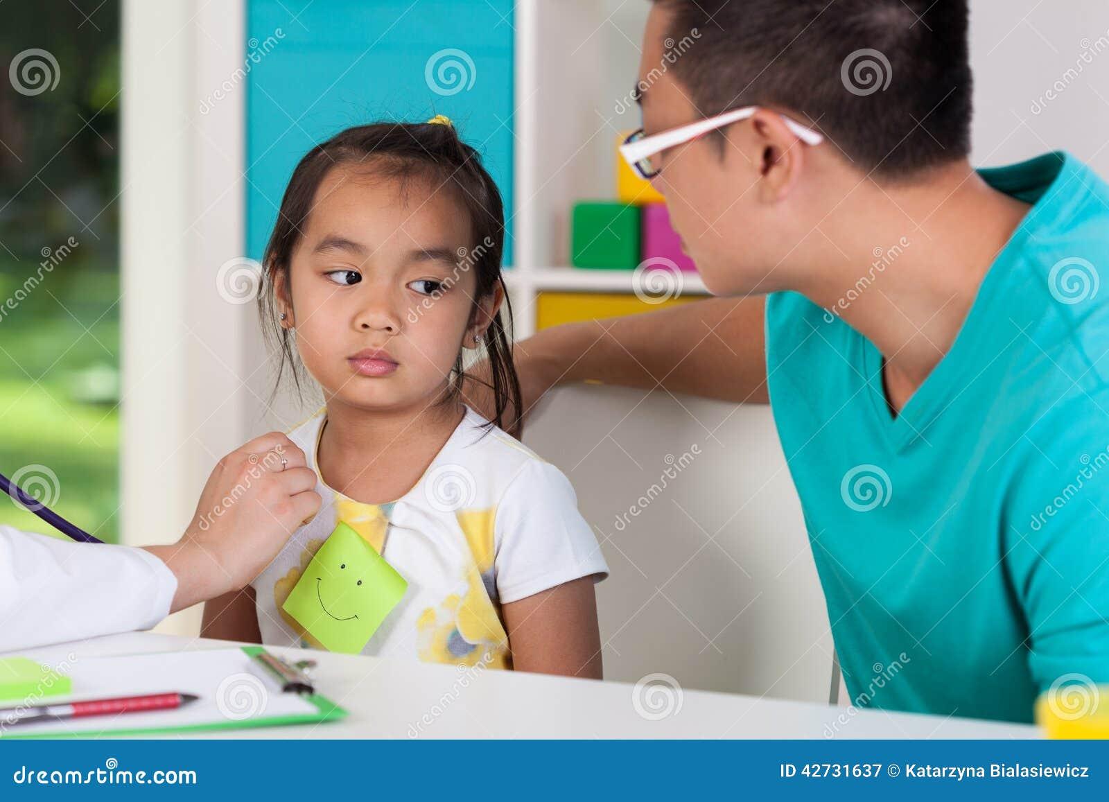 Azjatycki tata z chorą córką