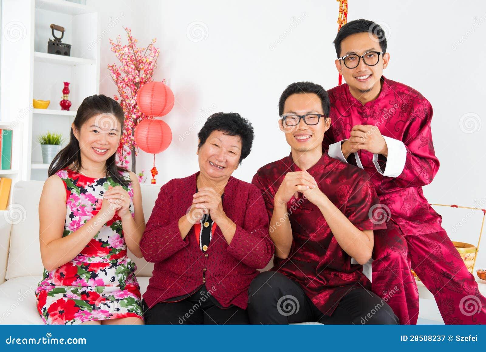 Azjatycki zjazd rodzinny w domu.