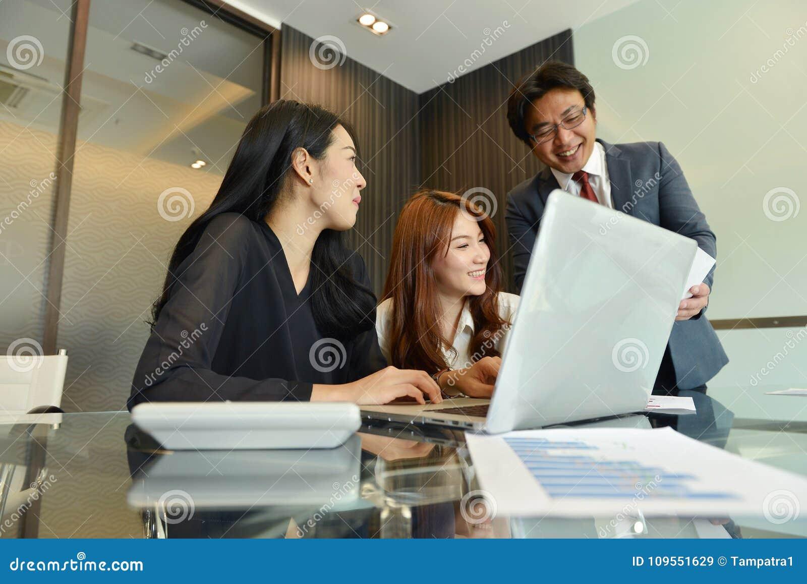 Azjatyckie Biznesowe kobiety opowiada ich szef w biurze