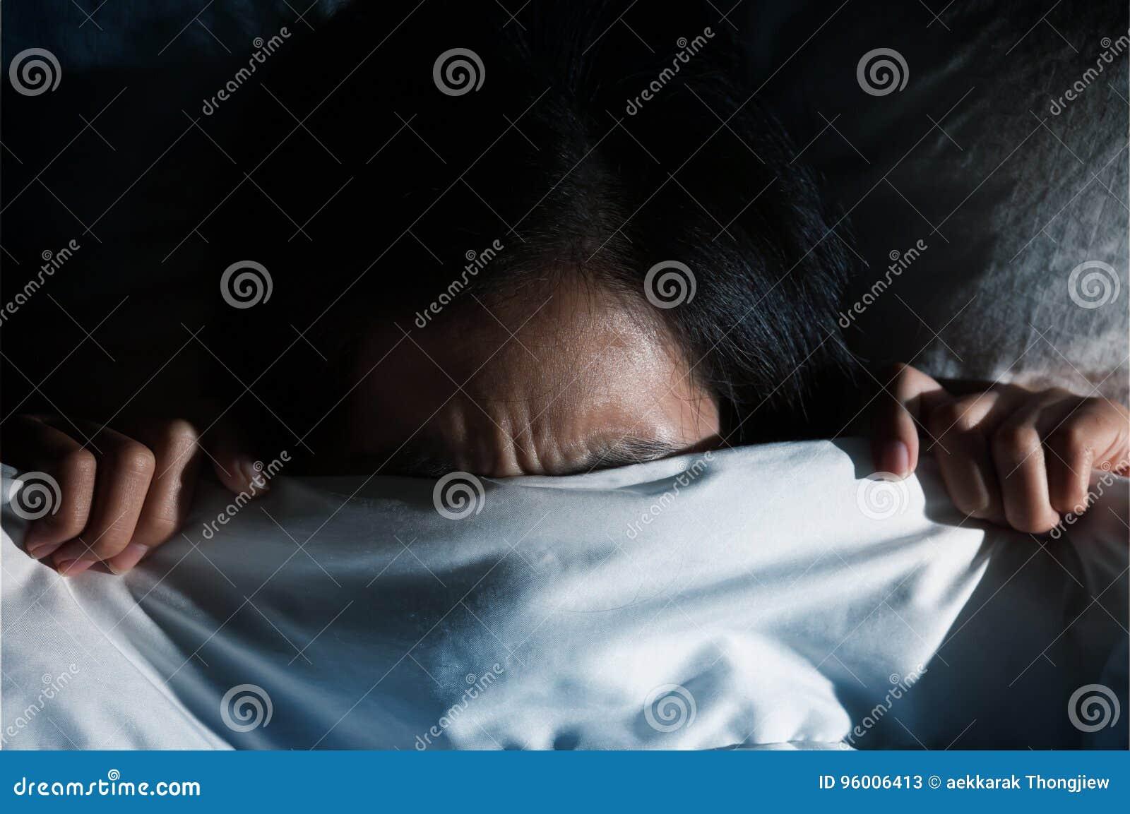 Azjatyckie kobiety ma kłopot o dostawać up wcześnie w ranku