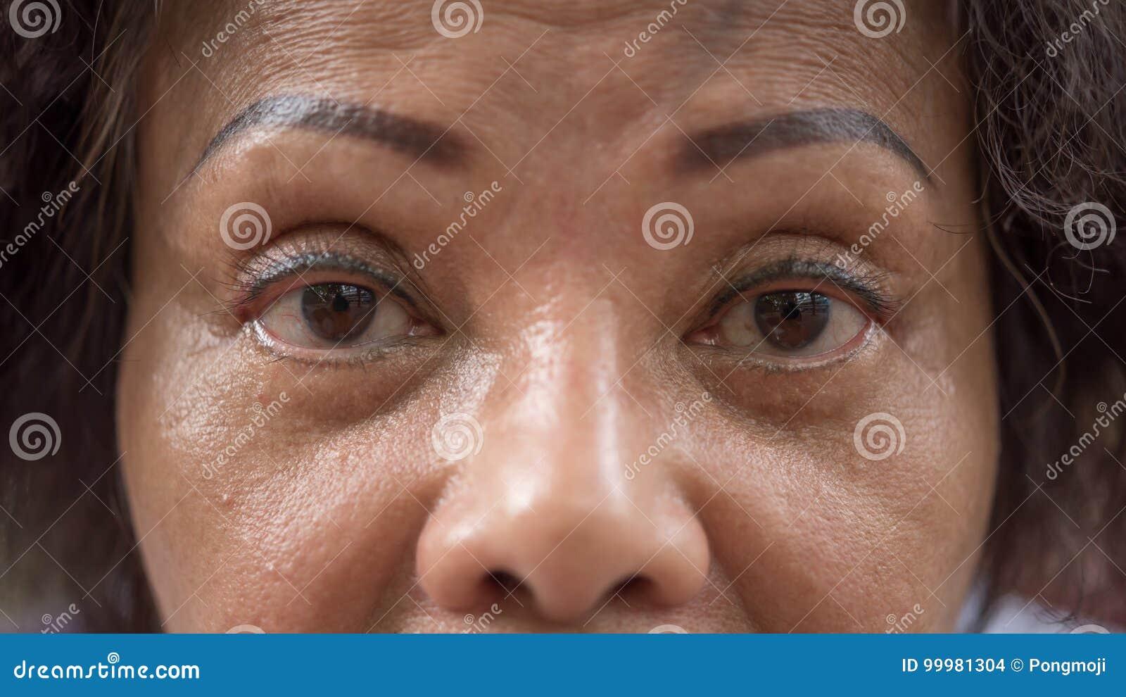 Azjatyckie Starszych Osob Kobiety Pokazują Ona Oczy I Brew