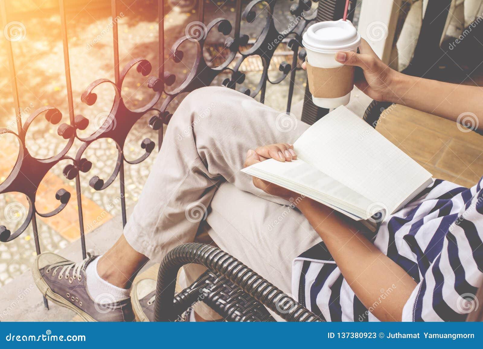 Azjatyckiego mężczyzny przystojny brodaty w błękitnych koszulowych i są ubranym szkłach czerni Obsługuje obsiadanie w sklep z kaw