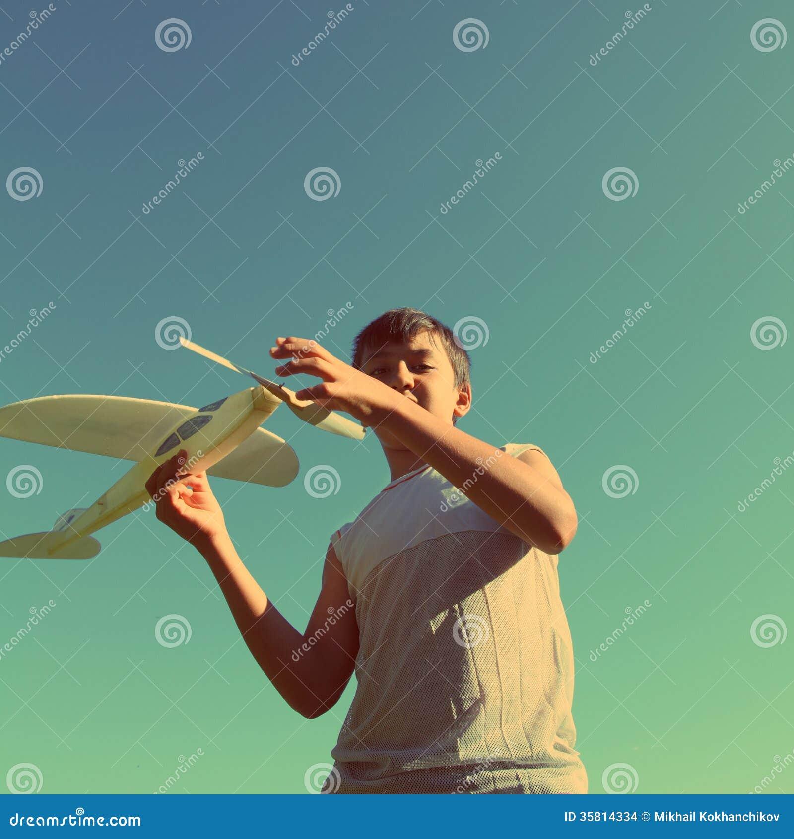 Azjatyckiej chłopiec samolotu działający model - rocznika retro styl