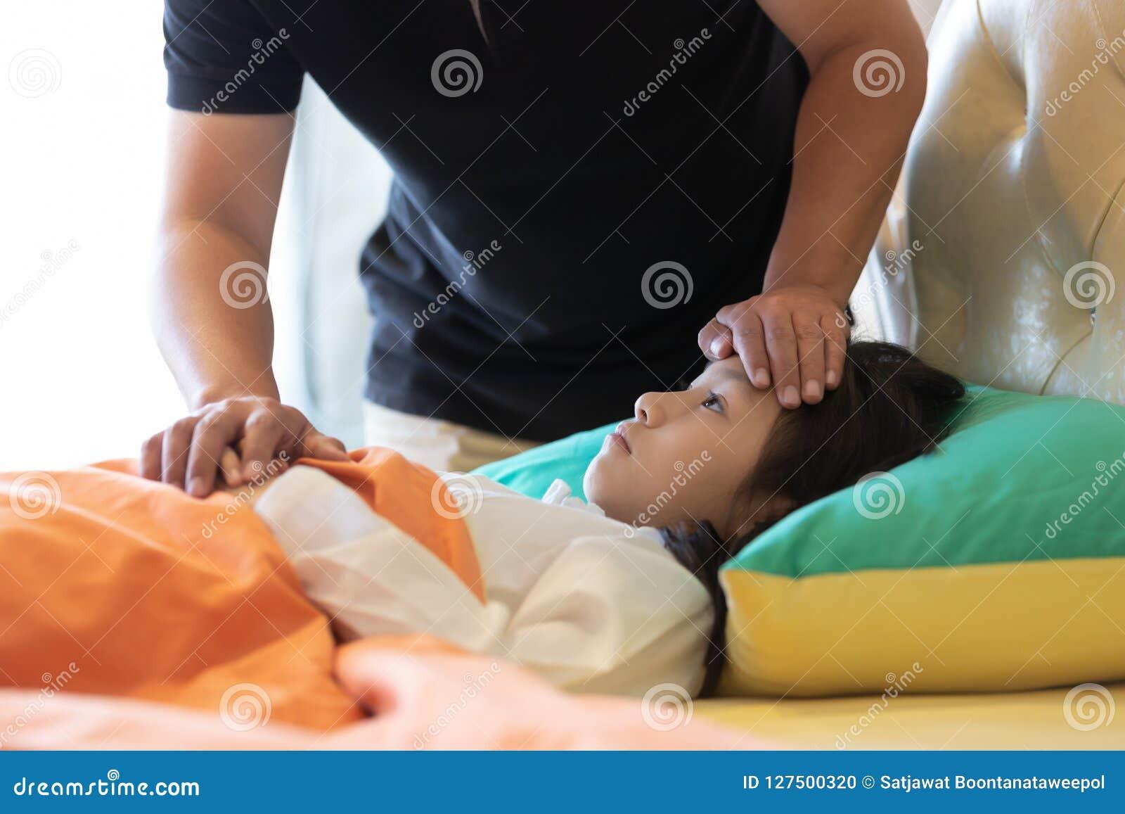 Azjatyckiej dziewczyny czuciowa choroba, kobieta ma migrenę i wysokiego temperat
