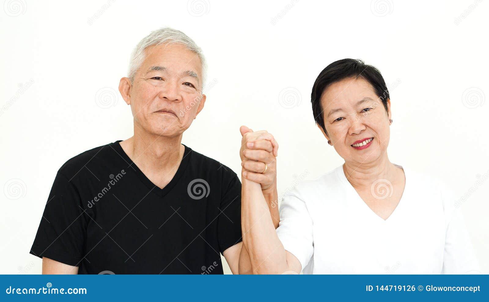 Azjatyckiej starszej para chwyta ręki małżeństwa szczęśliwy wyrażeniowy biały tło wpólnie