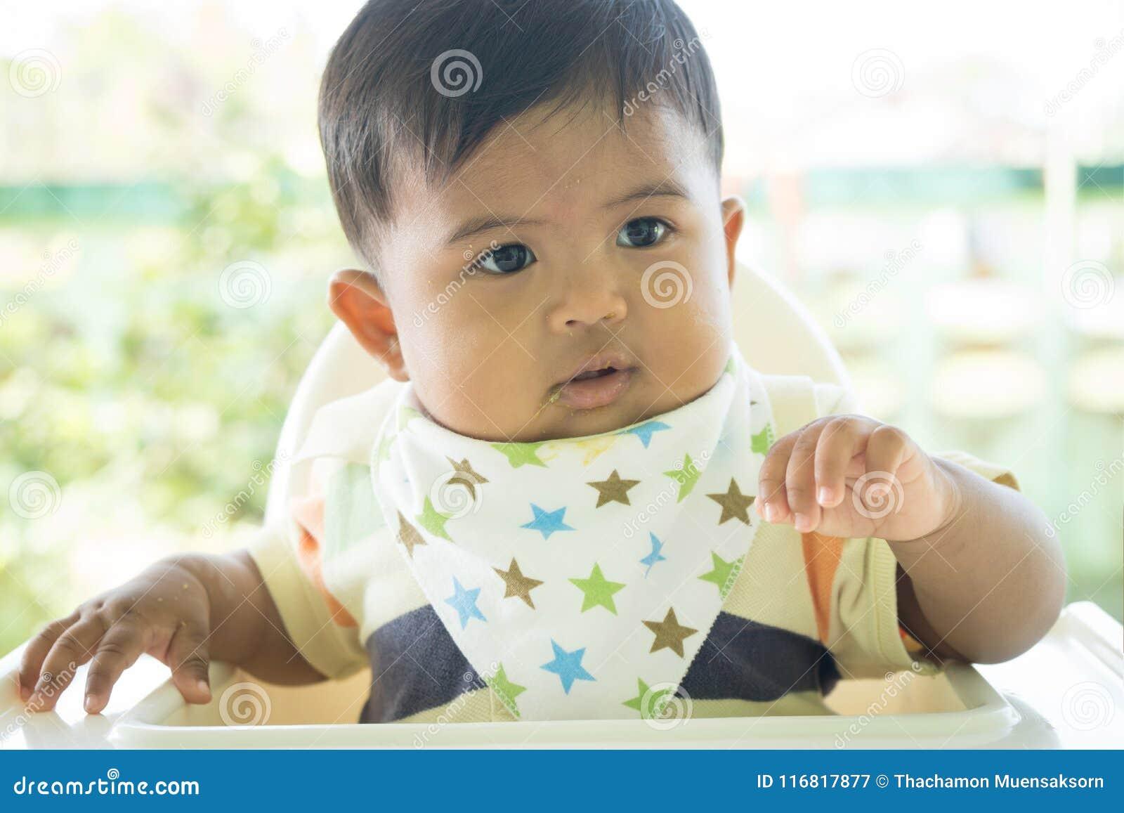 Azjatykci dziecko zanudzający z jedzeniem