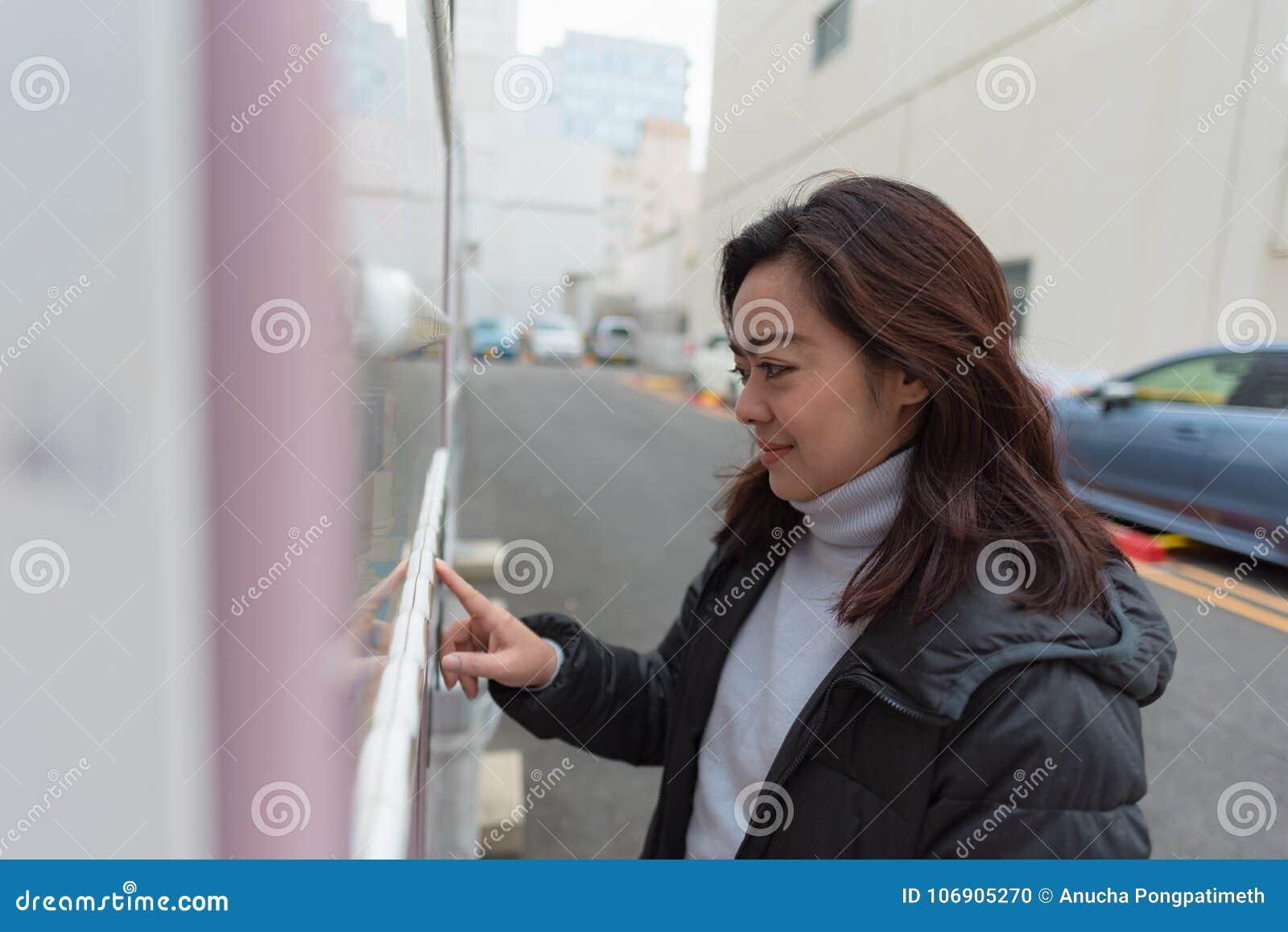 Azjatykcia szczęśliwa kobieta