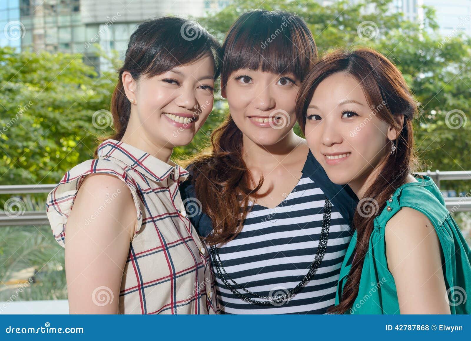 Azjatykcia szczęśliwa kobieta uśmiechnięta