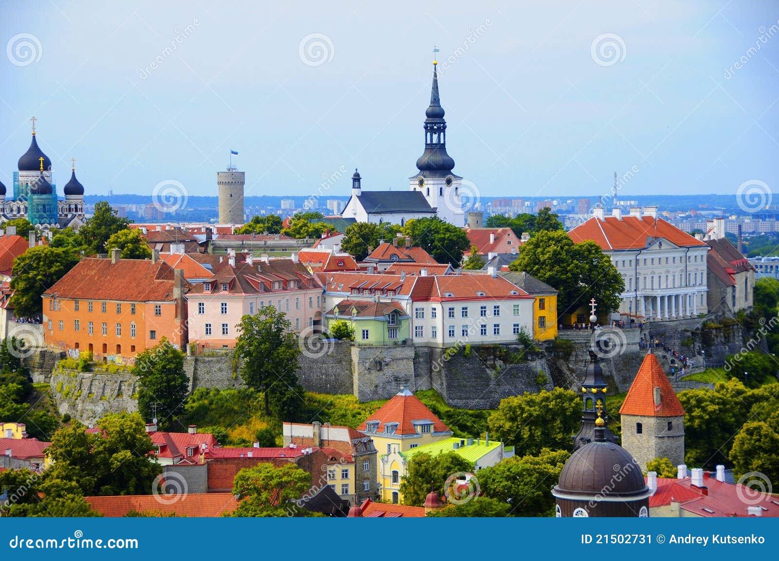 Azoteas rojas viejas en Tallinn Estonia