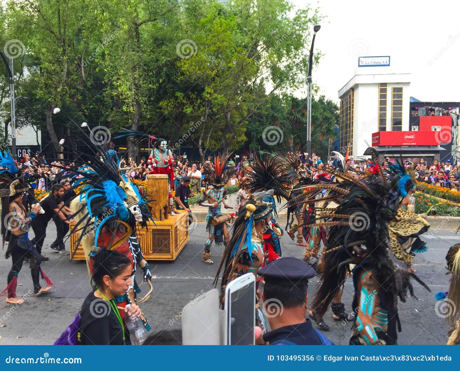 Aztekische Tänzer am Tag des Todes führen vor