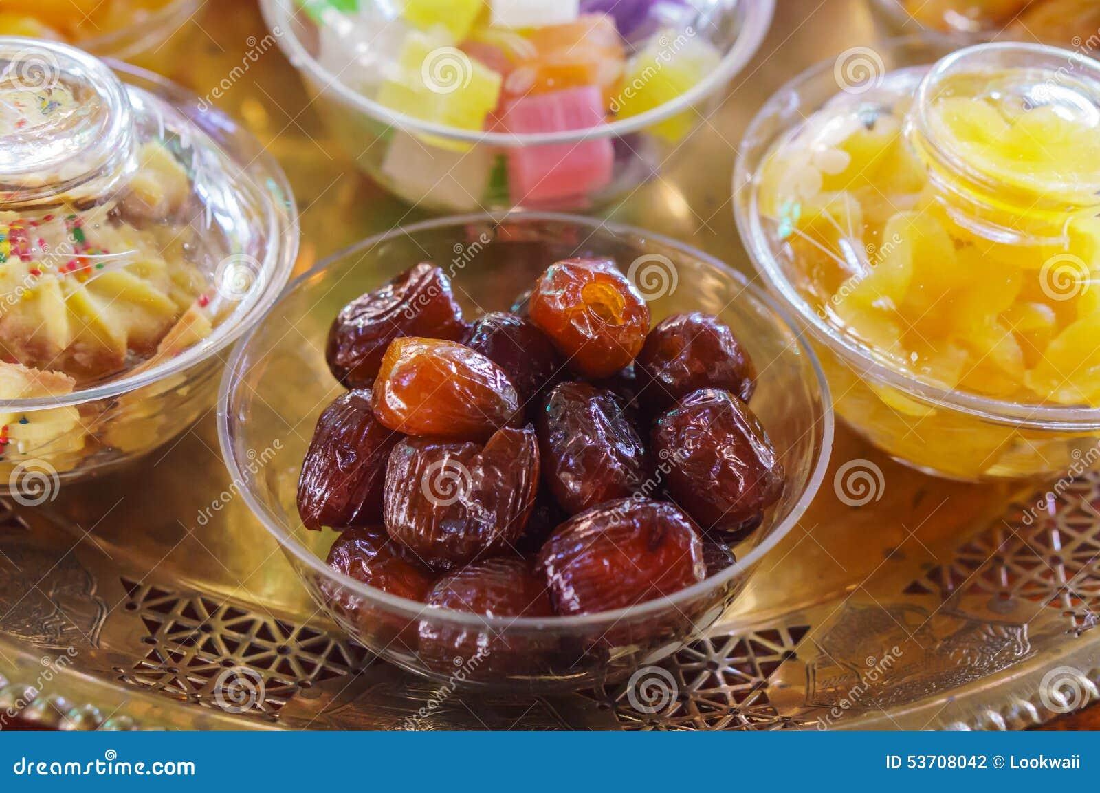 Azufaifas chinas marcadas con hoyos secadas en la taza de cristal