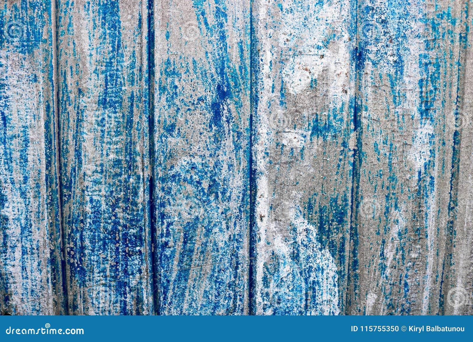 Azul brilhante textura saturada do relevo de uma superfície de metal belamente pintada com listras verticais e pintura apagada ga