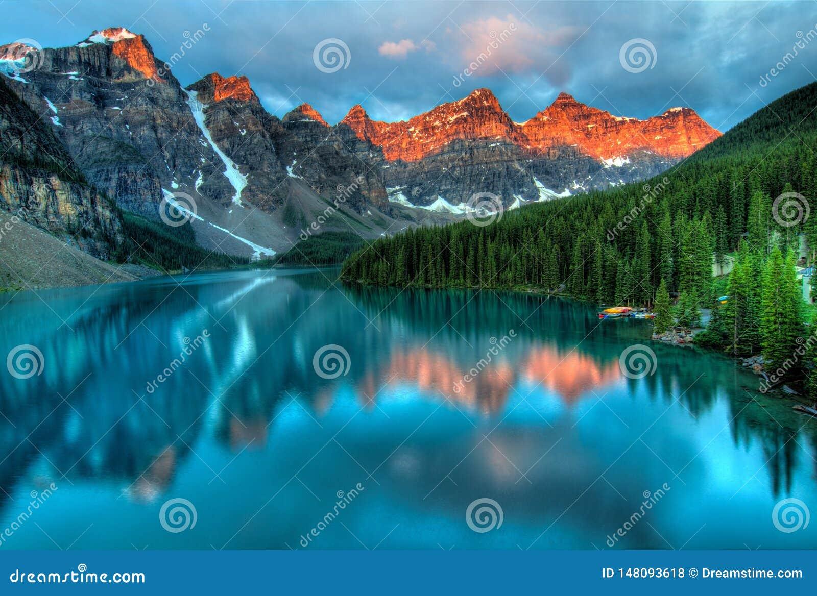 Azul da montanha da árvore de floresta do lago