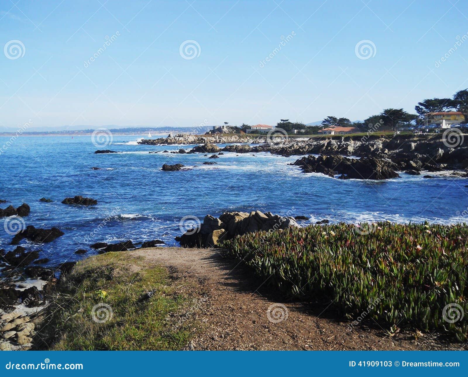 Azul del paseo marítimo de la playa del carmel del océano