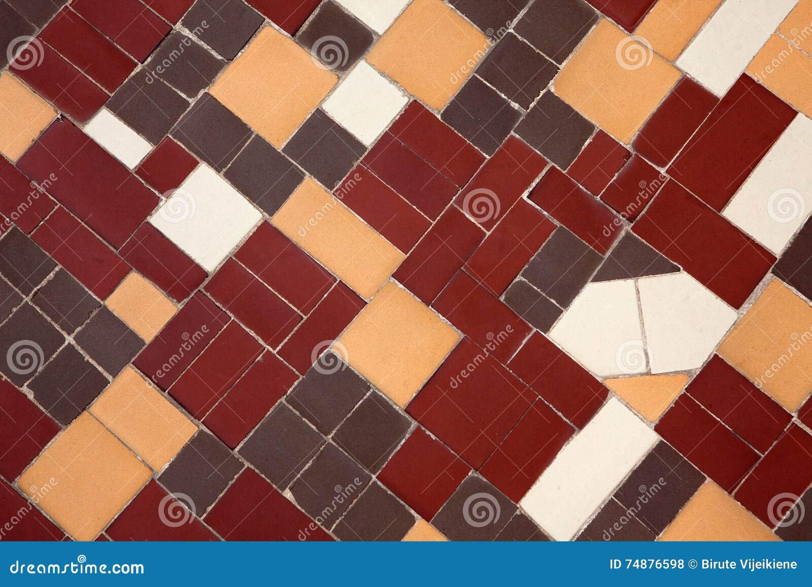 Azulejos de Brown, amarelos e brancos da terracota