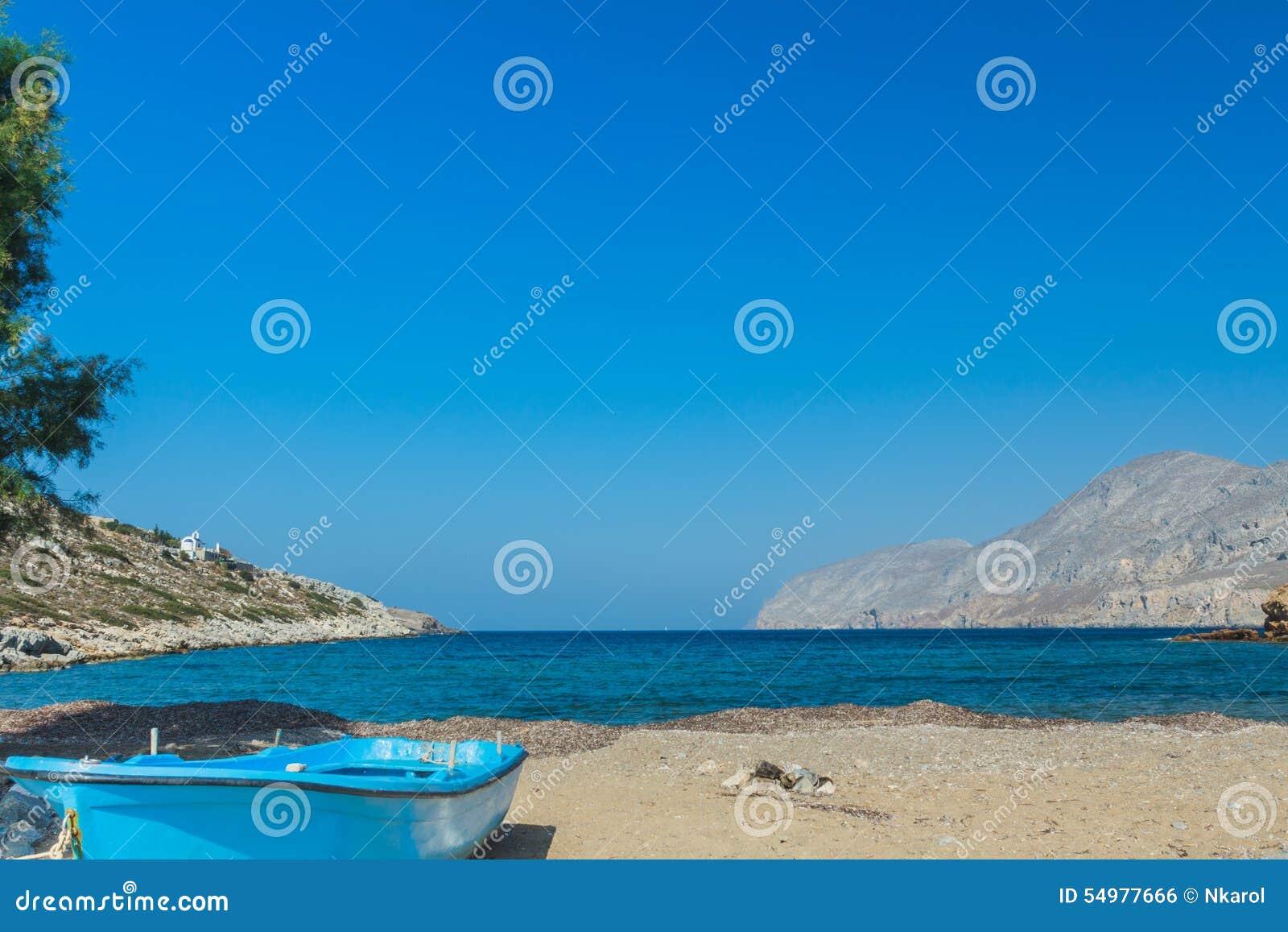 Azurblaues fishermans Boot und Seehorizont zeichnen auf Strand Alexi oder Alexis nahe griechischem Dorf Emborios auf Kalymnos-Ins