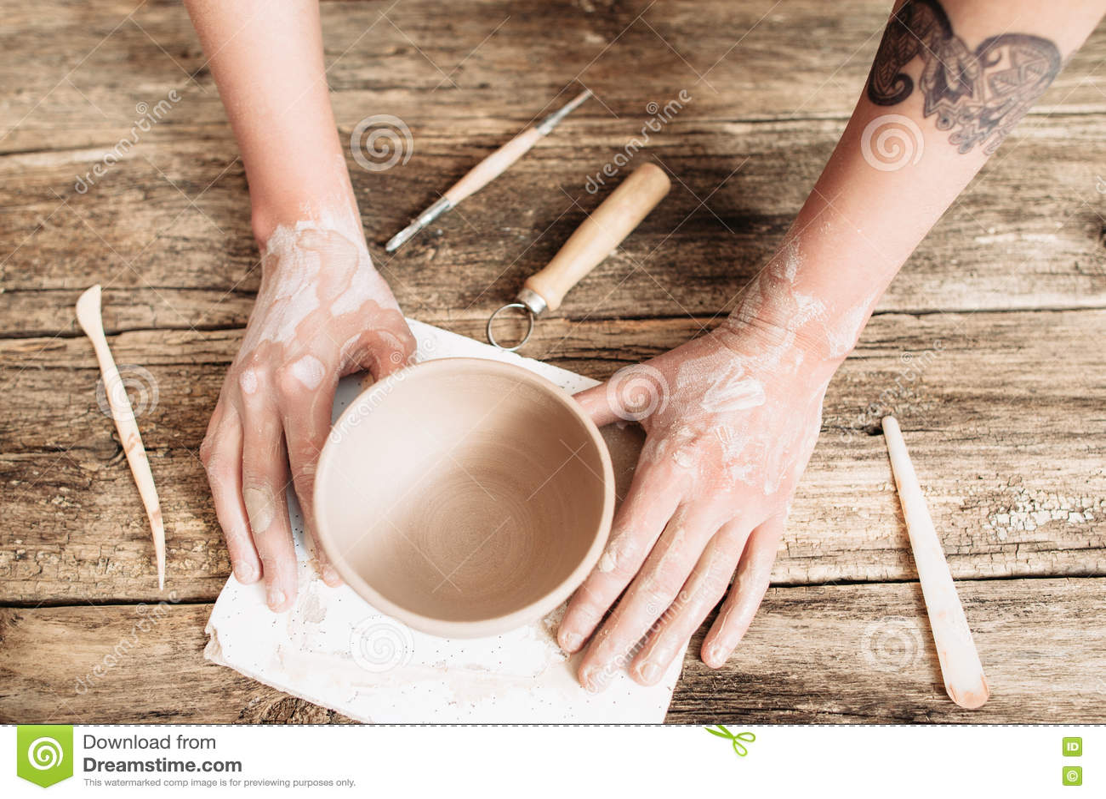Bâti de poterie sur la vue supérieure en bois de table