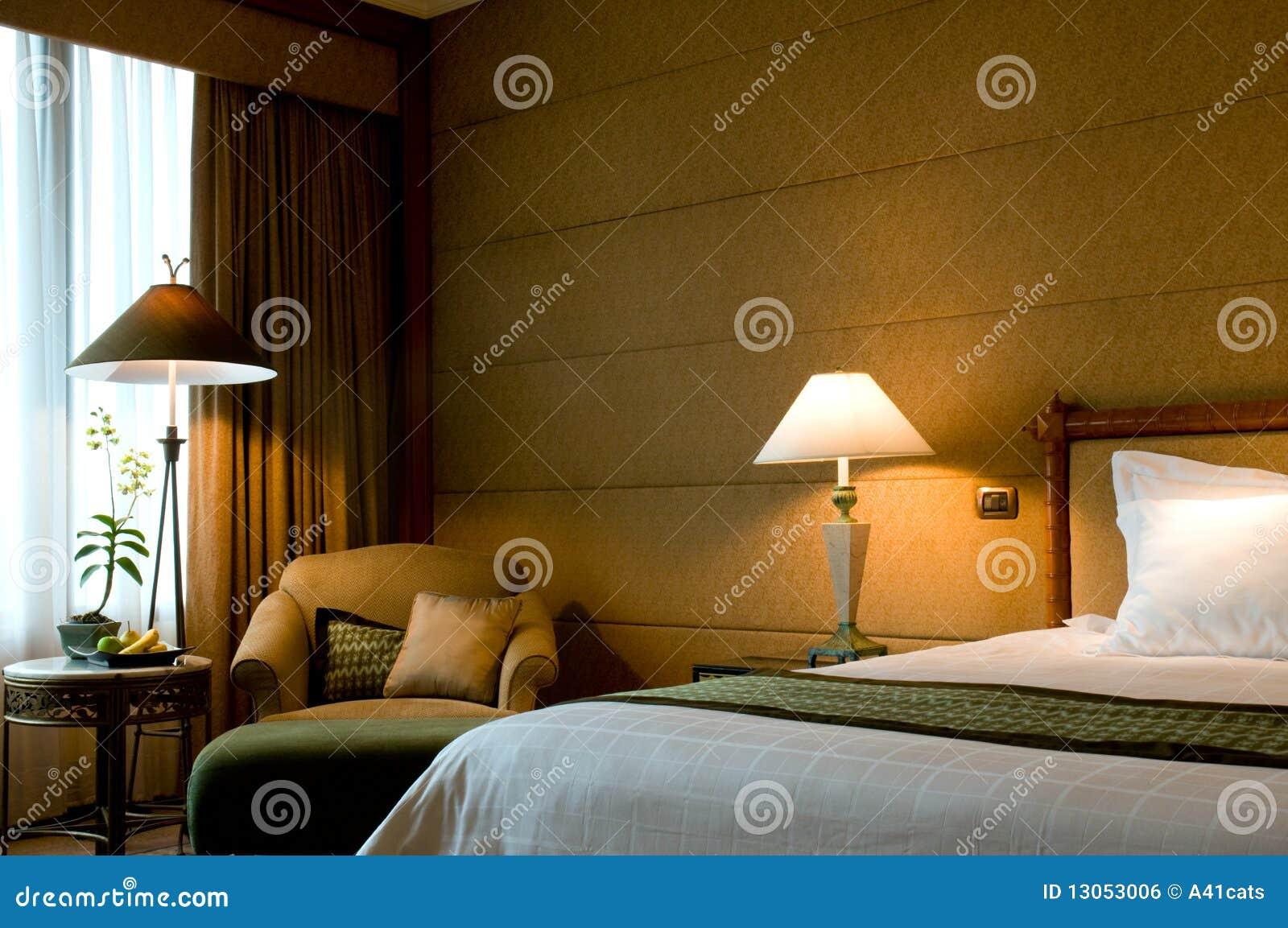 B ti et fauteuil dans une chambre coucher cinq toiles de suite image libre de droits image - Fauteuil de chambre a coucher ...