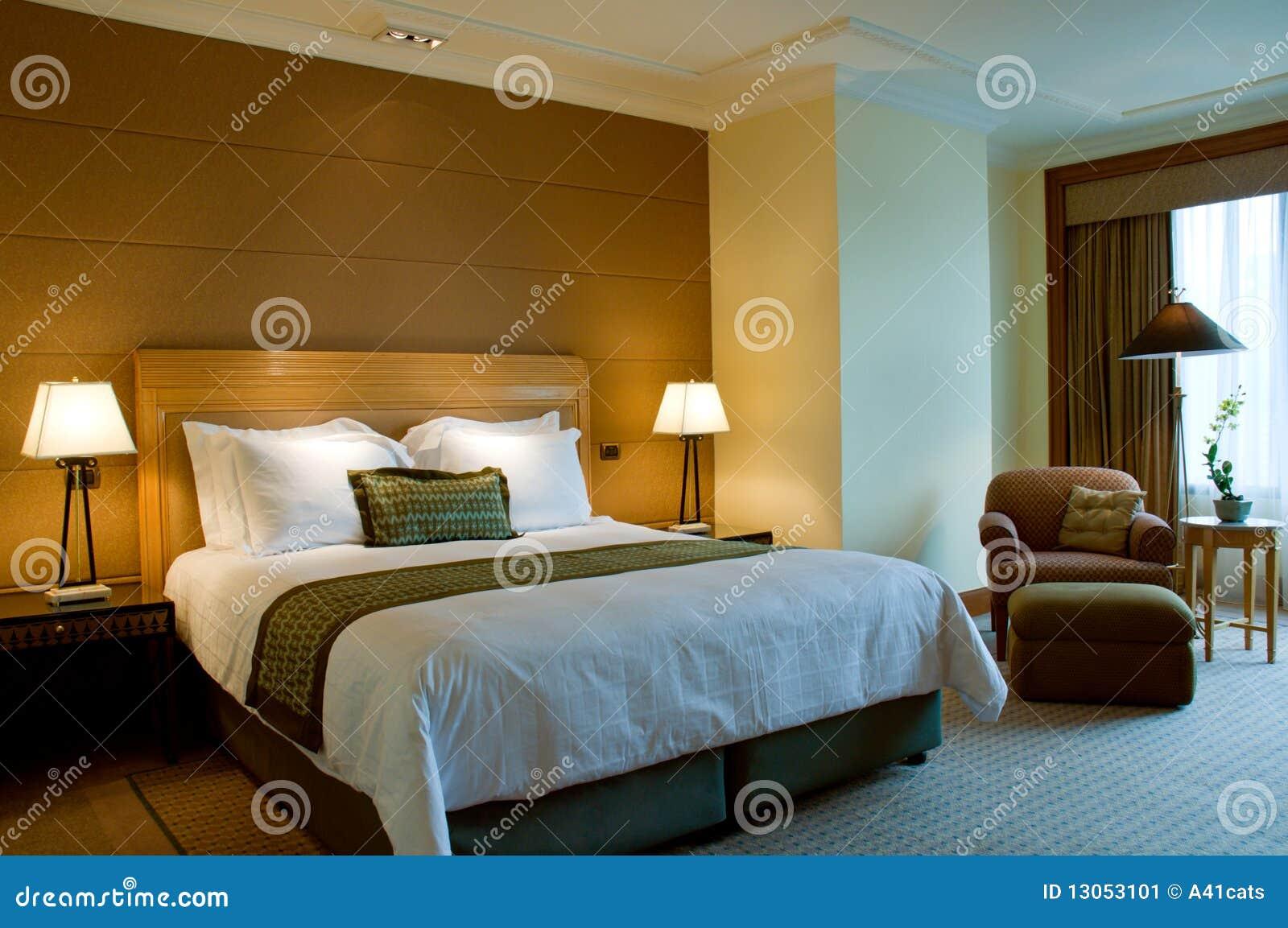 B ti et fauteuil dans une chambre coucher cinq toiles for Petit fauteuil pour chambre
